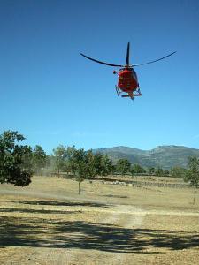Foto helicóptero rojo aterrizando